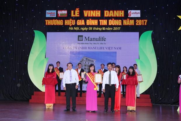 """Manulife Việt Nam tiếp tục là """"Doanh nghiệp xuất sắc về chỉ số hài lòng của khách hàng"""" và được vinh danh """"Thương hiệu gia đình tin dùng"""""""