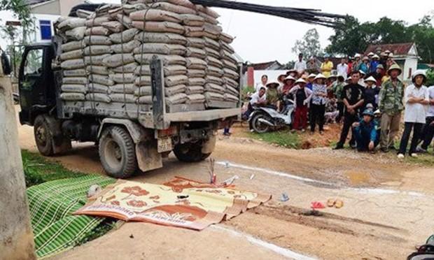 Bé gái 3 tuổi bị xe tải đâm thiệt mạng khi bà ngoại chở đi học