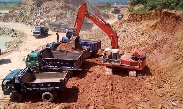 Hàng chục ngôi mộ nguy cơ sụt lún vì khai thác đất ồ ạt tại Hà Tĩnh
