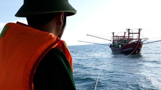 Bộ đội Biên phòng Quảng Bình cứu 9 ngư dân trên tàu cá gặp nạn