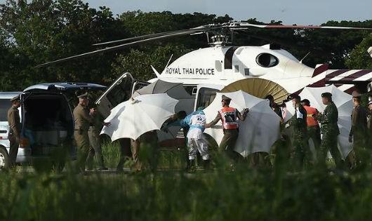 Thêm 4 đứa trẻ ra khỏi hang, chiến dịch giải cứu đội bóng Thái Lan lại tạm dừng