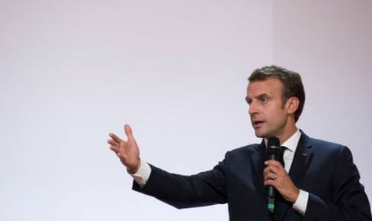 Trợ lý đánh người biểu tình, Tổng thống Pháp bị vạ lây