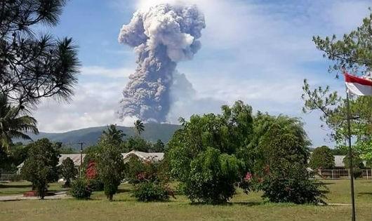 """Núi lửa """"tỉnh giấc"""" sau động đất, sóng thần ở Indonesia"""