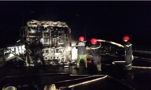 Xe giường nằm đột nhiên bốc hỏa cháy rụi trên quốc lộ 1A