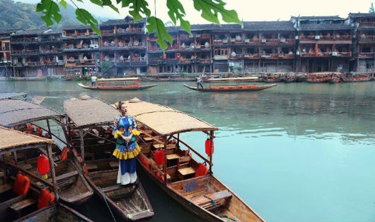 Hoa hậu Thu Hoài diện áo dài, khoe dáng ở Phượng Hoàng cổ trấn
