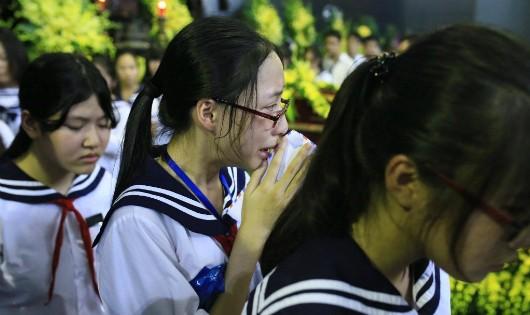 Đẫm nước mắt tiễn biệt Nhà giáo Văn Như Cương