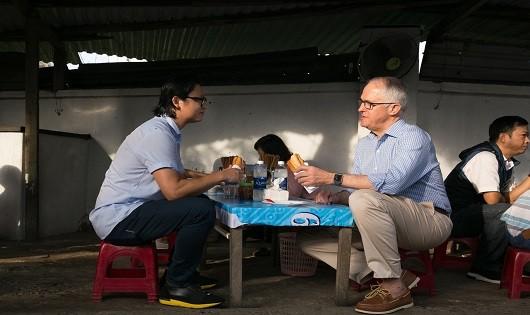 Thủ tướng Australia thích thú thưởng thức bánh mì vỉa hè ở Đà Nẵng