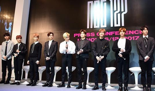 Nhóm nhạc Hàn Quốc NCT 127 mê tít áo dài, nón lá Việt Nam