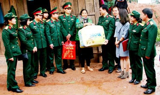Tổng cục Hậu cần tặng quà đồng bào Mường Nhé gần 100 triệu đồng