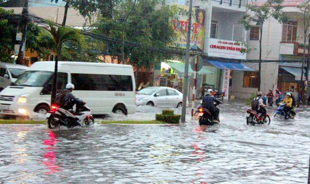 Cần Thơ: Nước ngập lênh láng do mưa lớn kéo dài nhiều giờ liền