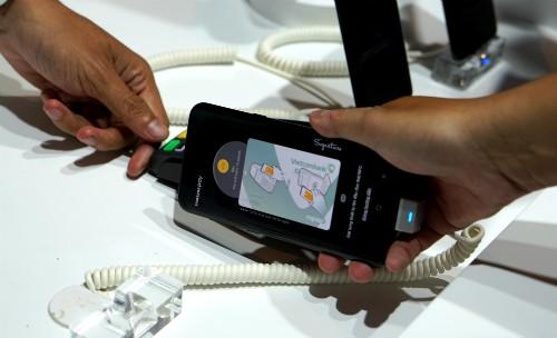 Đã có thể 'quẹt' điện thoại trả tiền thay thẻ ATM tại Việt Nam
