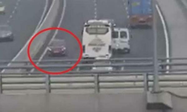 Singapore: Đi xe ngược chiều trên đường cao tốc, lĩnh 4 tuần tù giam