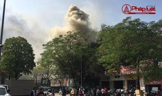 Garage ô tô bốc hỏa giữa trưa tại Hà Nội, người chạy tán loạn
