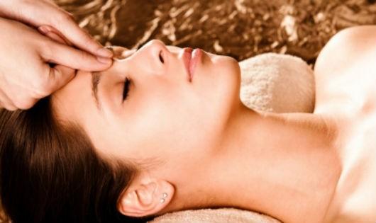 Bấm huyệt - một trong những cách trị nghẹt mũi nhanh