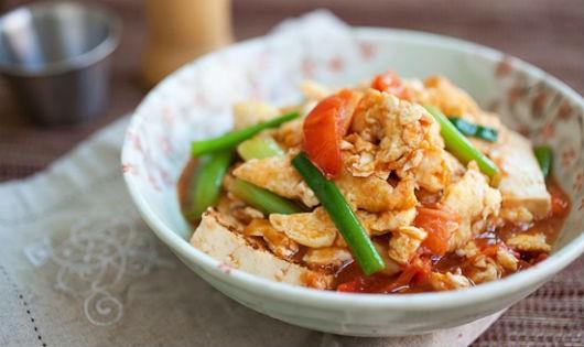Đậu phụ sốt trứng và cà chua cho bữa cơm ngon lành