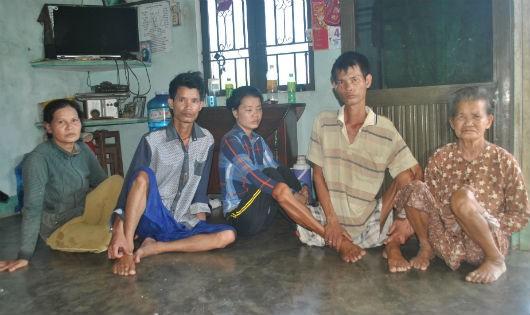 Hy sinh tuổi xuân, 30 năm nuôi mẹ tai biến, 4 em bại liệt