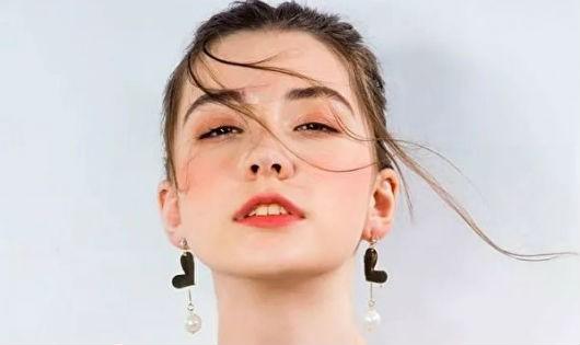 Vụ đột tử nhiều uẩn khúc của người mẫu Nga 14 tuổi