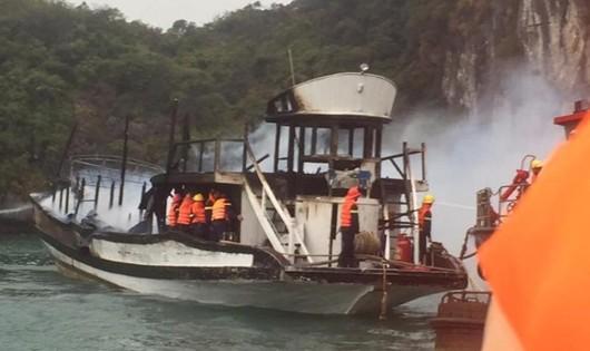 21 du khách đã thoát chết sau vụ cháy tàu trên vịnh Hạ Long