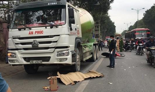 Xe trộn bê tông lấn đường đâm chết người đi xe máy