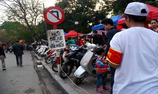 """Bãi trông giữ xe tự phát bùng phát ở thủ đô: Chính quyền bất lực hay """"bật đèn xanh""""?"""