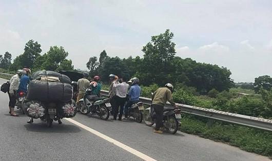 Nguyên nhân loạt xe máy bị thủng săm trên đường cao tốc qua Bắc Ninh