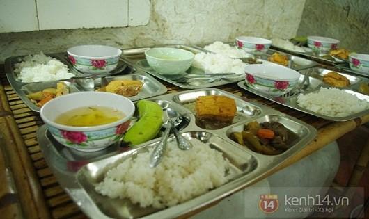 Đĩa cơm bình dân giá 200.000đ và hình ảnh 'công bộc của dân' trong quán ăn ven đường quốc lộ