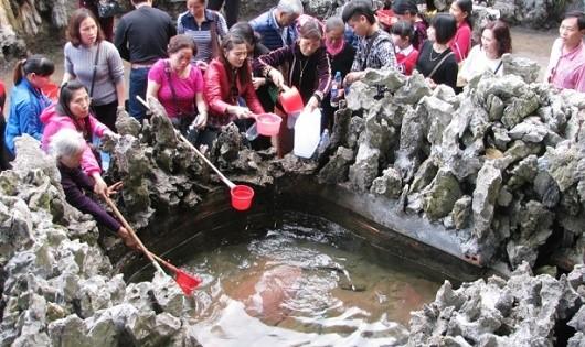'Giếng tiên' thu hút hàng ngàn du khách nữ dịp tết