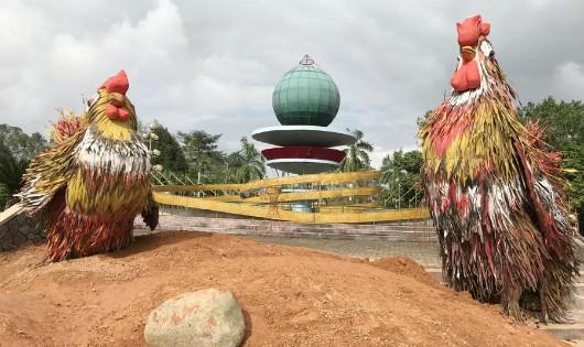 Quảng Ngãi: Đón Tết Đinh Dậu với cặp gà khủng bằng lá dừa nước.
