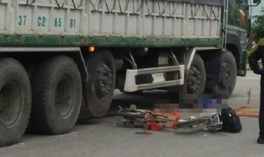 Va chạm xe tải, 2 học sinh một thiệt mạng, một trọng thương
