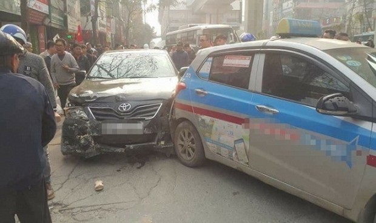 """Hà Nội: Xe Camry """"điên"""" gây tai nạn liên hoàn khiến nhiều người bị thương nặng"""