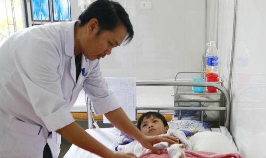 Hà Tĩnh: Chơi pháo tự chế, bé trai 8 bị nổ dập nát tay