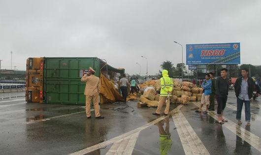 Hà Tĩnh: Lật xe tải, người dân giúp tài xế gom hàng chục tấn hoa quả