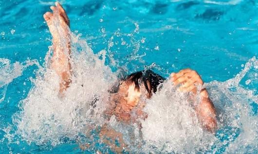 Bé trai đuối nước thương tâm sau khi rơi xuống hồ nước