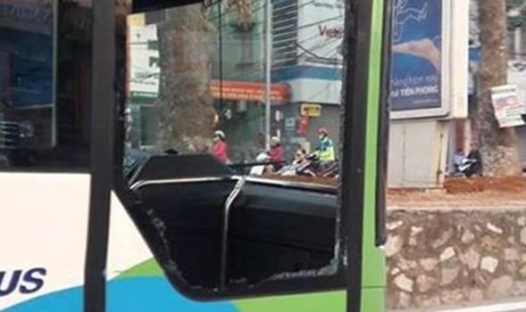 Nữ tài xế vượt ẩu, đâm vỡ kính xe buýt nhanh rồi bỏ chạy?