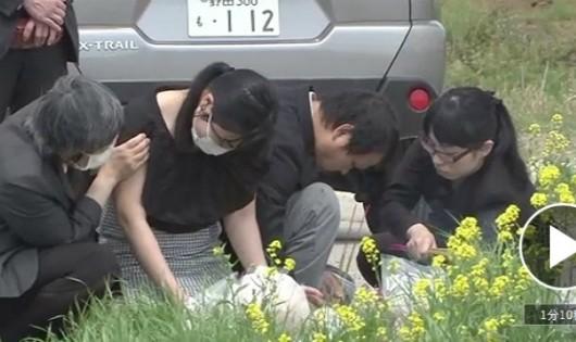 Mẹ bé gái Việt khóc ngất ở hiện trường phát hiện thi thể con