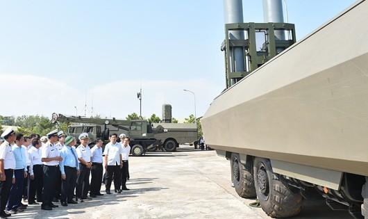 Thủ tướng kiểm tra công tác sẵn sàng chiến đấu của Lữ đoàn Tên lửa ở Bình Thuận
