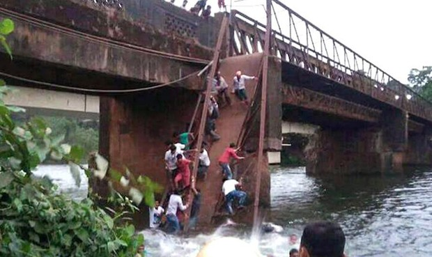 Sập cầu, ít nhất 2 người chết, 30 người mất tích