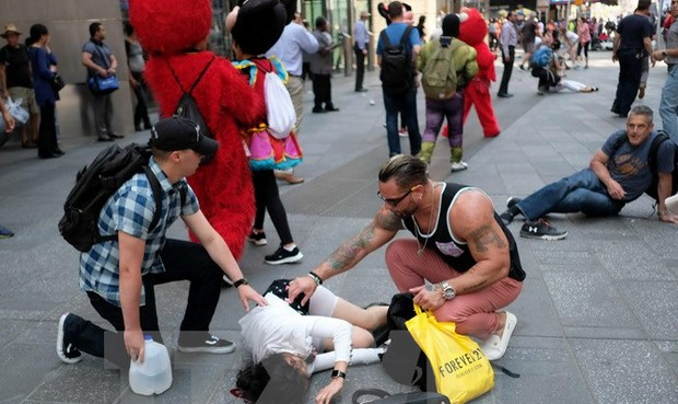'Ô tô điên' lao vào Quảng trường Thời đại, hơn 20 người bị nạn