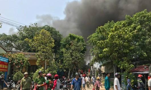 Cháy lớn hơn 3 giờ, học sinh phải sơ tán, người dân bỏ chạy