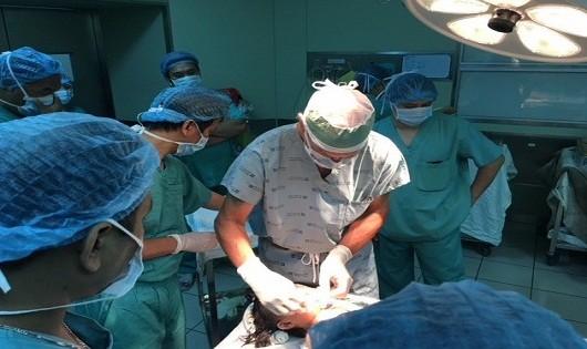 Bác sĩ người Mỹ  phẫu thuật thành công khối u ác tính cho bé gái Việt 16 tháng tuổi