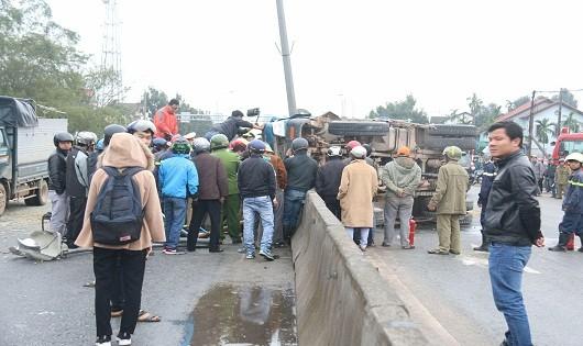 Giải cứu 3 người trọng thương trong cabin xe tải lật ngửa trên đường