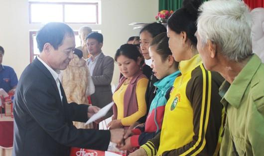 Tư pháp Nghệ An tặng quà tết cho hộ nghèo