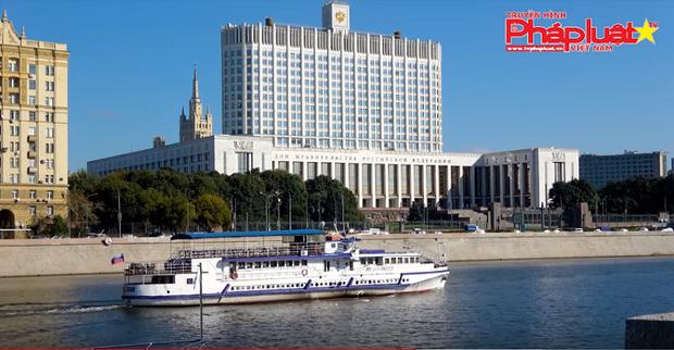 """""""Tình yêu vỗ cánh"""" trên sông Matxcova ngọt ngào qua giọng ca nữ nhà báo"""