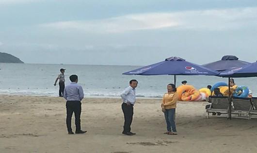 Du khách thích thú khi bắt gặp Bí thư Đà Nẵng đi một mình trên bãi biển
