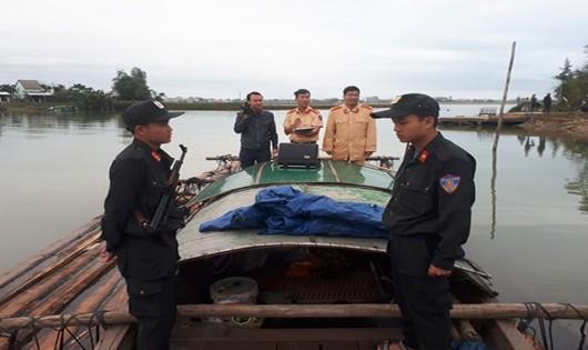 Gay cấn cảnh bắt buôn gỗ lậu trên sông Thu Bồn