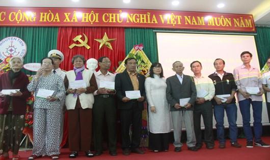Ban tổ chức tặng qua cho các cựu binh, thân nhân liệt sĩ Gạc Ma