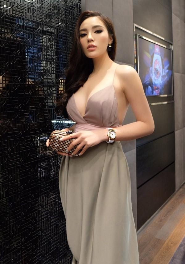 Người đẹp diện váy của nhà thiết kế Đỗ Mạnh Cường, khoe vai trần và vòng một sexy.