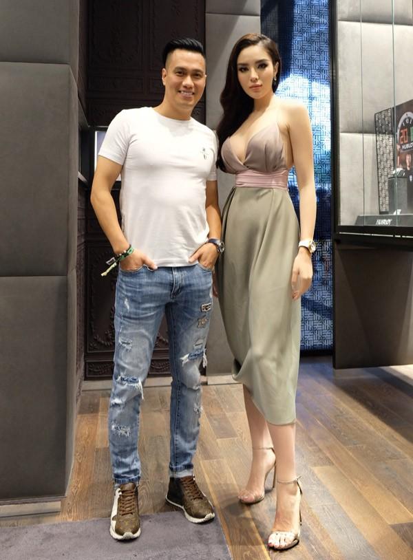 Cô hội ngộ diễn viên Việt Anh tại Singapore. Ban đầu Kỳ Duyên không nhớ ra tên của Việt Anh nên gọi anh là Phan Hải - tên nhân vật nam diễn viên thể hiện trong phim Người phán xử.