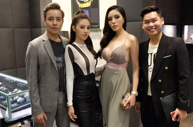 Stylist Mạch Huy (vest xám), hoa hậu Jolie Nguyễn và quản lý của Kỳ Duyên chụp ảnh kỷ niệm. Sau event này, Kỳ Duyên tham dự một đêm đại nhạc hội ở đảo quốc sư tử.
