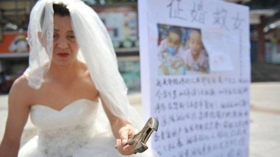 Người đàn ông tình nguyện 'làm dâu người ta' để cứu con gái